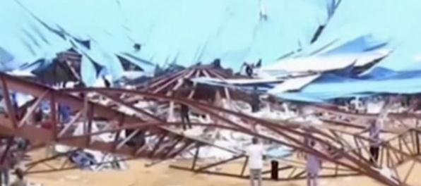 Na kostole sa preborila strecha, zahynuli desiatky ľudí