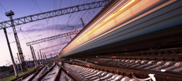 Vlak zachytil a usmrtil dvoch železničných technikov