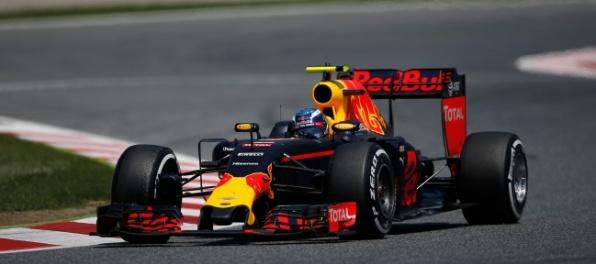 Verstappen utvoril rekord F1, súperov predbiehal ako najatý