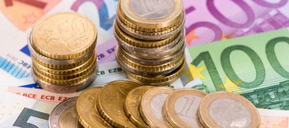 Dolár voči jenu stagnoval, oproti euru oslabil