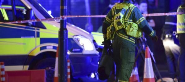 Útok v Londýne: Do davu ľudí narazila dodávka, v centre meste útočili aj muži s nožmi (aktualizované)