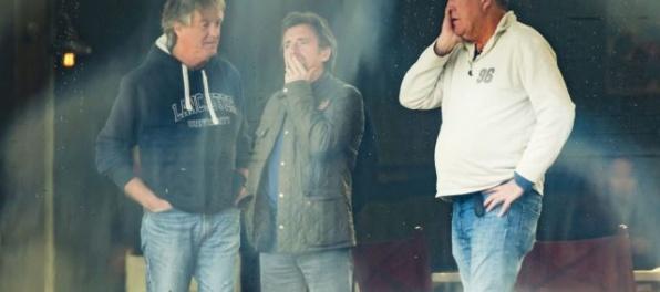 Hammond známy z Top Gear mal nehodu. Vyskočil z auta, ktoré vzápätí zachvátili plamene