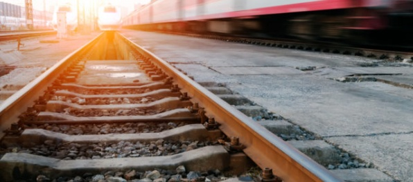 Železnice upozorňujú vodičov, nákladnému autu odpadli na priecestí kolesá