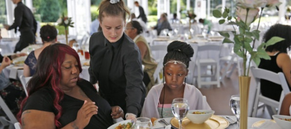 Žena zrušila svadbu, hostinu za tisíce eur ponúkla bezdomovcom