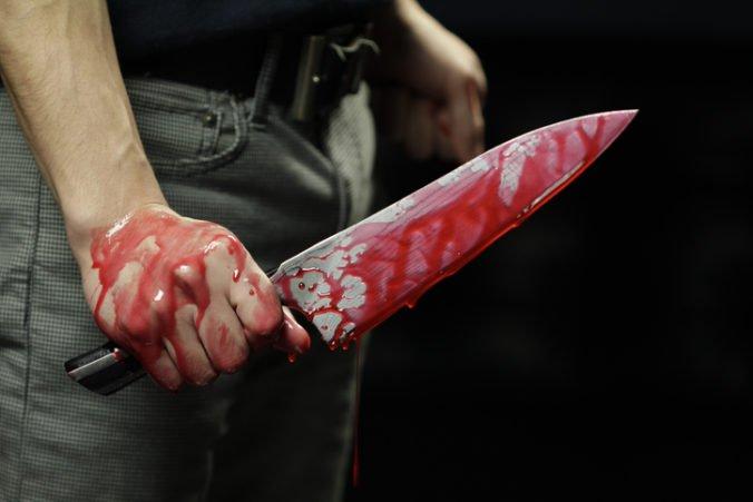 Nápadník nevesty zaútočil na snúbencov počas sobáša, zranil ich v oblasti krku a ramien
