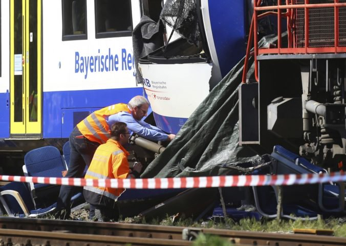 Zrážku osobného a nákladného vlaku neprežili dvaja ľudia