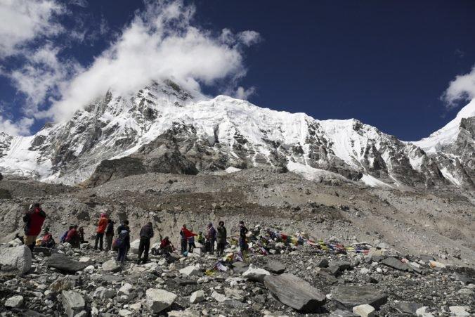 Nepálski nosiči dosiahli vrchol Mount Everestu, pokúsiť by sa o to opäť mal aj Slovák Hámor