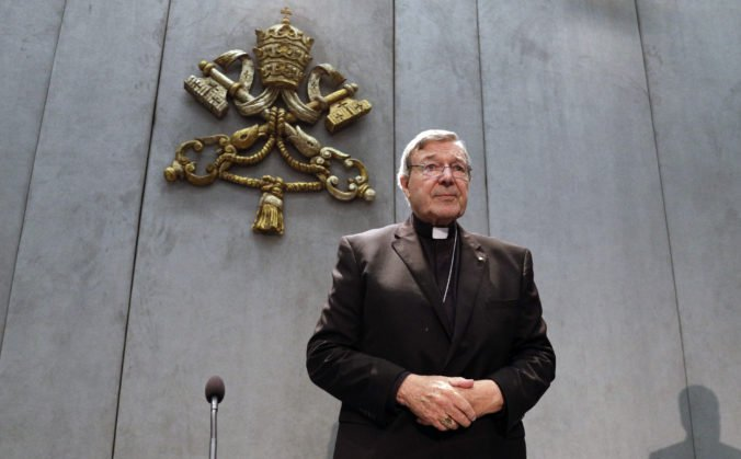 Muž nahliadol do tajných spisov o sexuálnych útokoch kardinála Pella, súd zamestnanca vyhodil