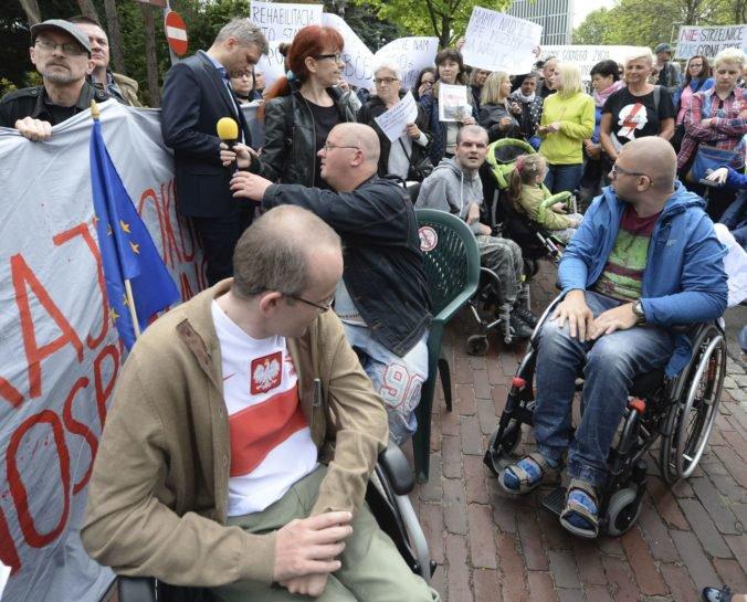 Ľudia s postihnutím protestujú v poľskom parlamente, zostanú tam aj počas zhromaždenia NATO