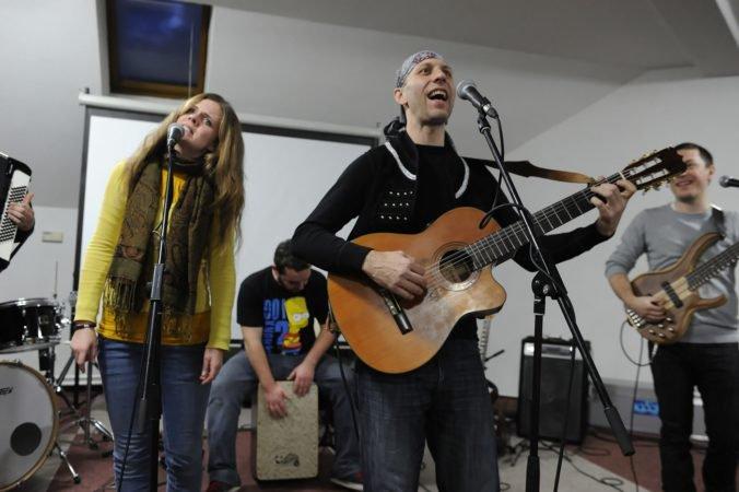 Video: Skupina Hrdza zverejnila videoklip k piesni Košieľočka, natáčal sa vo svidníckom skanzene