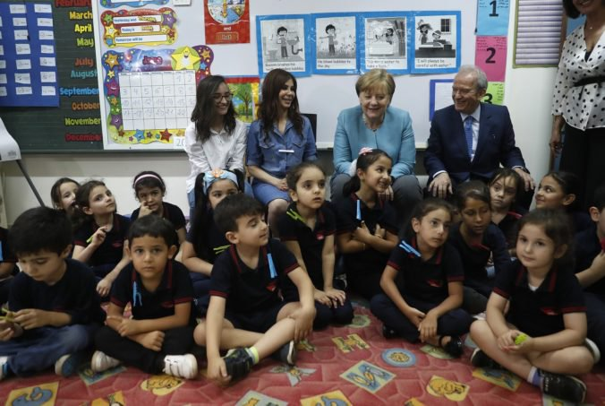 Foto: Merkelová navštívila školu so sýrskymi utečencami, rozdávala dresy nemeckých futbalistov