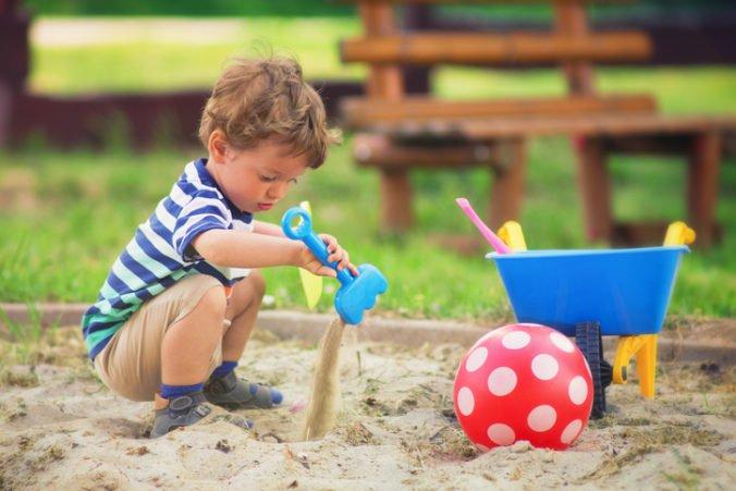 Nie každé pieskovisko je pre dieťa bezpečné, upozorňuje Úrad verejného zdravotníctva