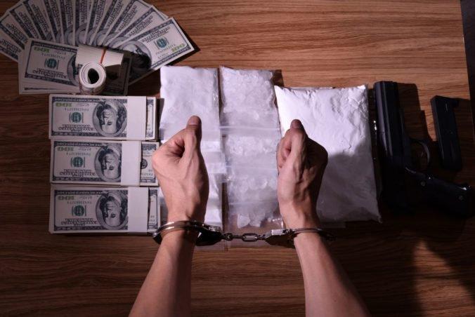 Polícia obvinila dvoch mužov z výroby a obchodovania s drogami, hrozí im až 20-ročné väzenie