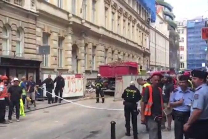 Video: V centre Prahy sa zrútila časť budovy, zavalila najmenej štyroch ľudí