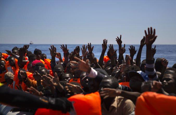 Pri severnom pobreží sa prevrátila loď so viac ako sto migrantami, hlásia mŕtvych aj nezvestných