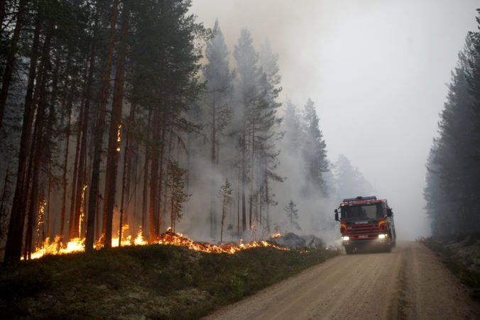 Švédsko zmobilizovalo všetky dostupné zdroje na boj s desiatkami lesných požiarov, ktoré tam vyčíňajú