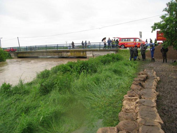 Hasiči evakuovali zo Starej Lesnej vyše 200 ľudí, chatovú oblasť a domy ohrozujú záplavy
