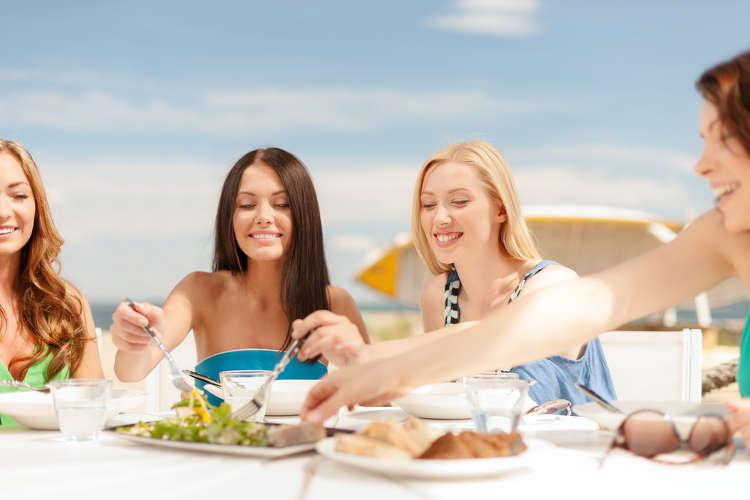 V letných mesiacoch si dávajte pozor na to, čo zjete a vypijete