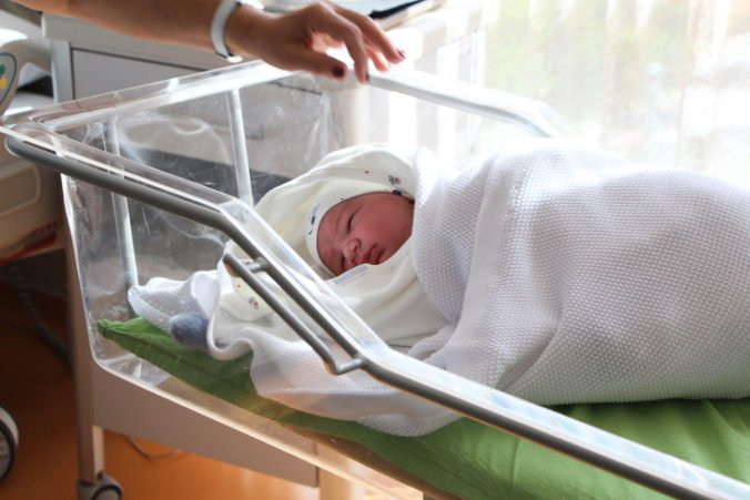 Malé pôrodnice sa zatiaľ rušiť nebudú, ministerstvo zdravotníctva registruje názory odborníkov