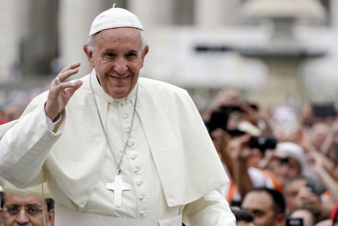 """Pápež František nazval svet """"supermarketom modiel"""" a kritizoval aj smartfóny"""
