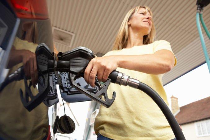 Benzíny a nafta na Slovensku po troch týždňoch zdraželi