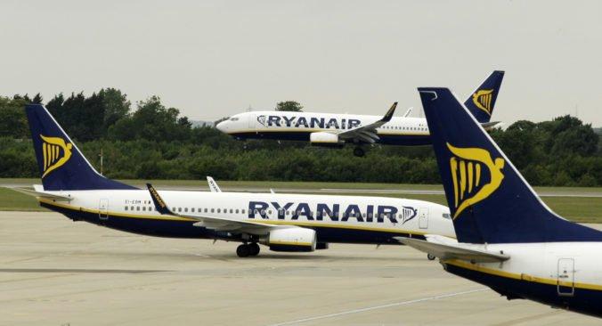 Ryanair ruší stovky letov, v čase vrcholiacej dovolenkovej sezóny neodletia desaťtisíce ľudí