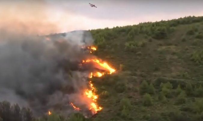 Video: Grécky ostrov Evia zasiahol lesný požiar, evakuovali dve obce a kláštor