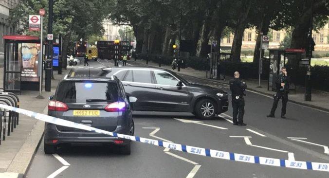 Video: Auto narazilo do chodcov pred parlamentom v Londýne, polícia uzavrela okolie