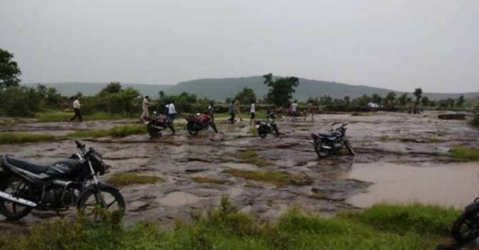 Video: Náhla záplava v Indii strhla vyše desať ľudí počas pikniku pri vodopáde