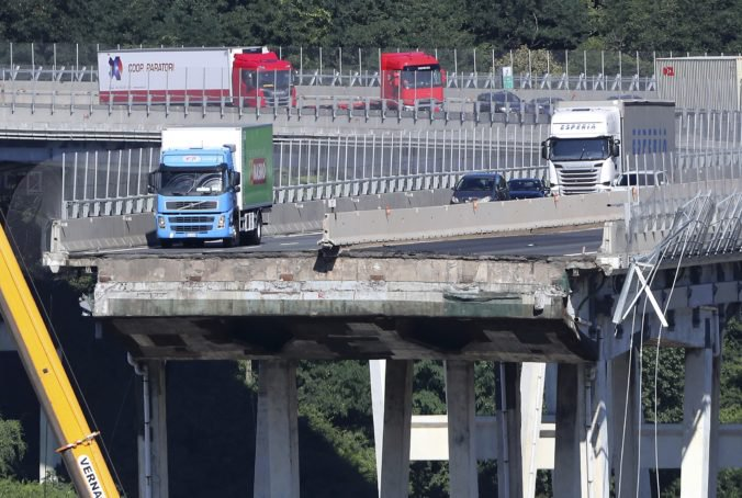 Vodič tesne pred pádom mosta v Janove pribrzdil pred rýchlejším vozidlom, zachránil si tým život