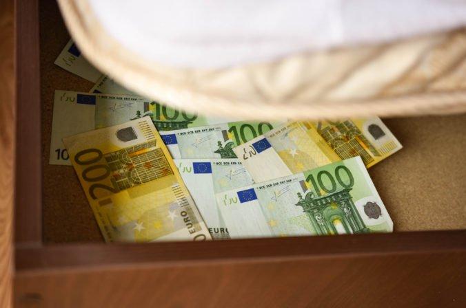 """Časť Slovákov má viac peňazí """"pod matracom"""" ako v banke, prieskum však neukázal na dôchodcov"""