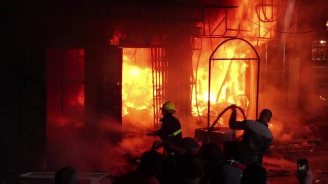 Pri požiari v londýnskej štvrti Woolwich zasahovalo 60 hasičov, príčinu vyšetruje polícia