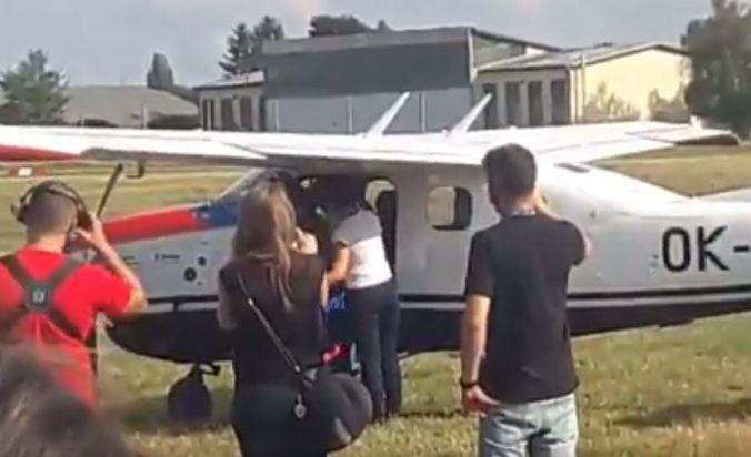 Akrobat Roman Kramařík ako prvý Čech obletel svet, po 46 dňoch pristál na letisku pri Prahe