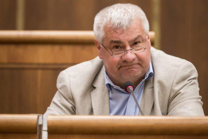 Cestujúci uväznení vo vlaku v Bratislave majú byť nadštardandne odškodení, tvrdí minister Érsek