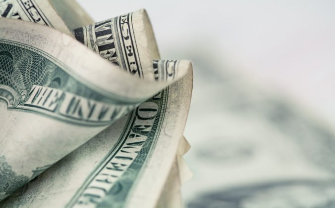 Dolár posilnil oproti jenu, prilepšila si aj spoločná európska mena