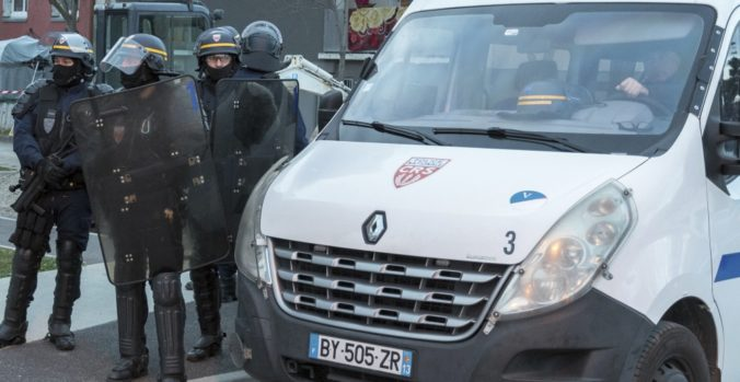 Muž nasmeroval svoje auto do davu ľudí v meste Nimes, polícia vodiča zadržala