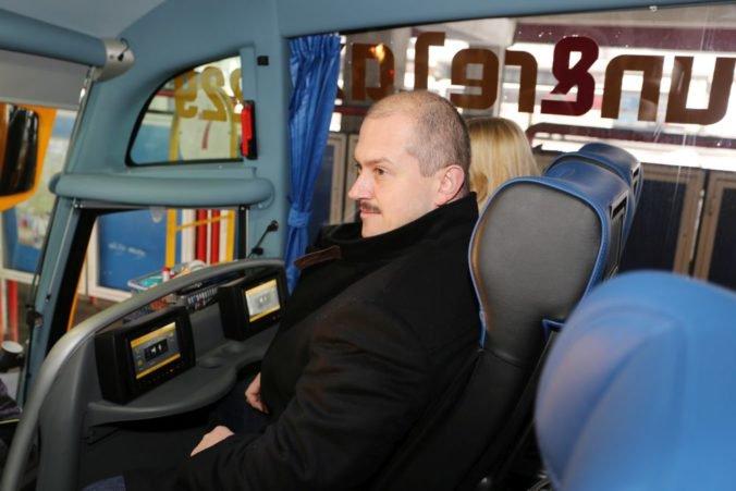 Zmluvy s dopravcami v Banskobystrickom kraji sú neplatné, Kotleba ich podpisoval aj po voľbách