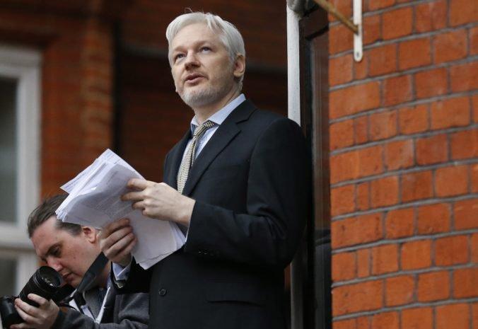 Assange má zákaz vyjadrovať sa k zahraničnej politike, chcú mu skonfiškovať mačku