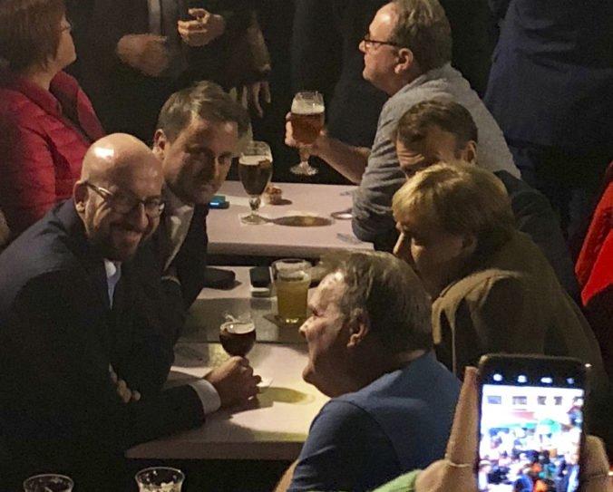Európski lídri si po skončení rokovania odskočili na pivo a prekvapili miestnych turistov