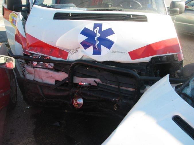 Sanitka po zrážke s autom skončila v poli, nehoda sa stala v Rožkovanoch