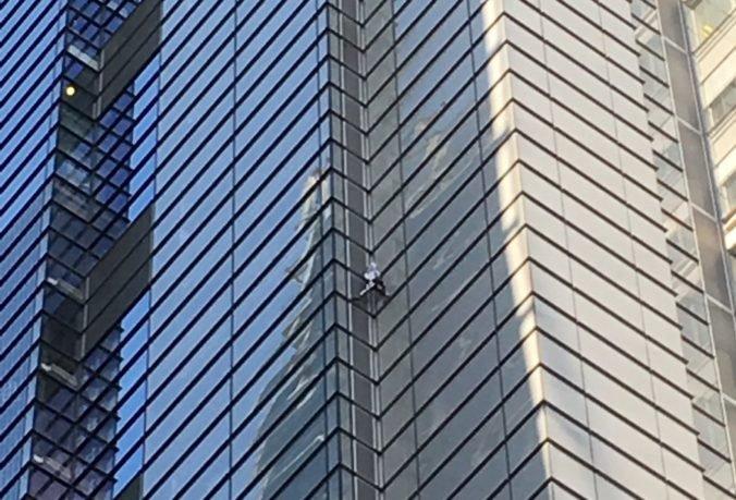 Video: Francúzsky Spiderman vyliezol na jeden z najvyšších mrakodrapov v Londýne, potom ho zatkli
