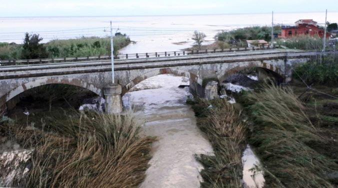 Video: Rozvodnená rieka v Taliansku po prudkom daždi zaplavila domy, niekoľko ľudí zahynulo
