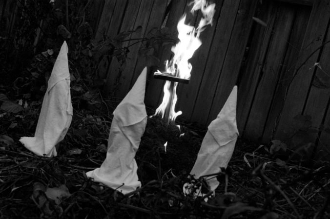 Muži v odevoch Ku Klux Klanu sa fotografovali pred islamskou modlitebňou