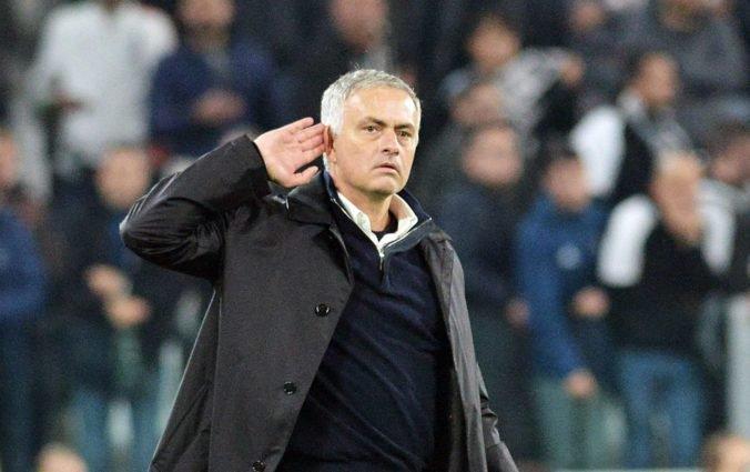 Video: Mourinho si po víťazstve ManUtd vychutnával piskot fanúšikov Juventusu a provokoval ich gestom