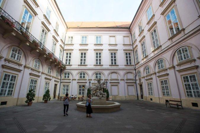 Výstava v Primaciálnom paláci prezentuje 100 rokov slovenskej histórie diplomacie