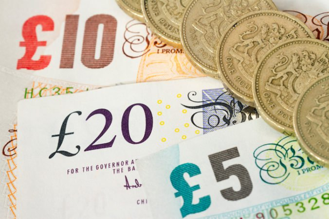 Dolár oslabil proti jenu, libra prudko klesla po rezignácii britského ministra pre brexit