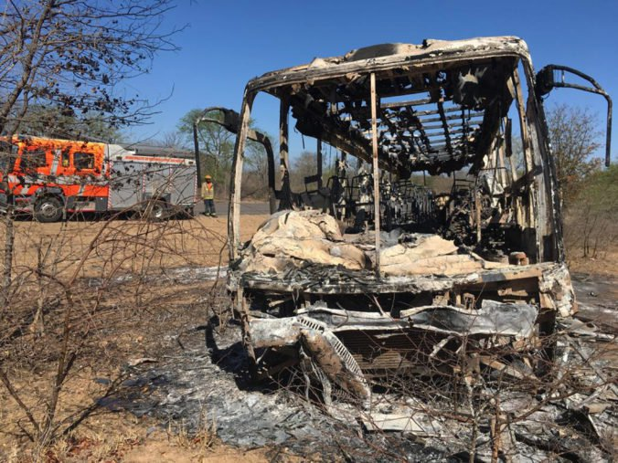 Autobus plný cestujúcich zachvátil v Zimbabwe požiar, desiatky ľudí nešťastie neprežili