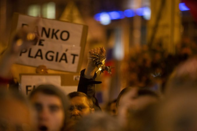 """V Banskej Bystrici pochodovali za slušné Slovensko, štrngalo sa kľúčami aj kričalo """"Skutok sa stal"""""""