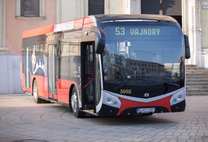 V Bratislave už jazdia všetky nové elektrobusy, vybavené sú wifi pripojením a USB nabíjačkami