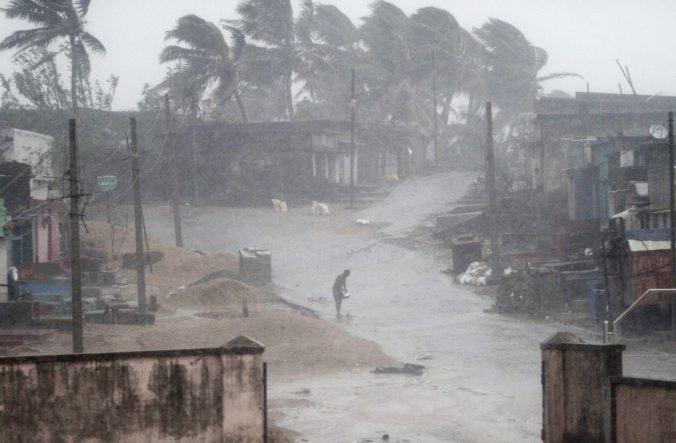 Video: V Južnej Indii zabíjal silný cyklón Gaja, desaťtisíce ľudí museli opustiť svoje domovy